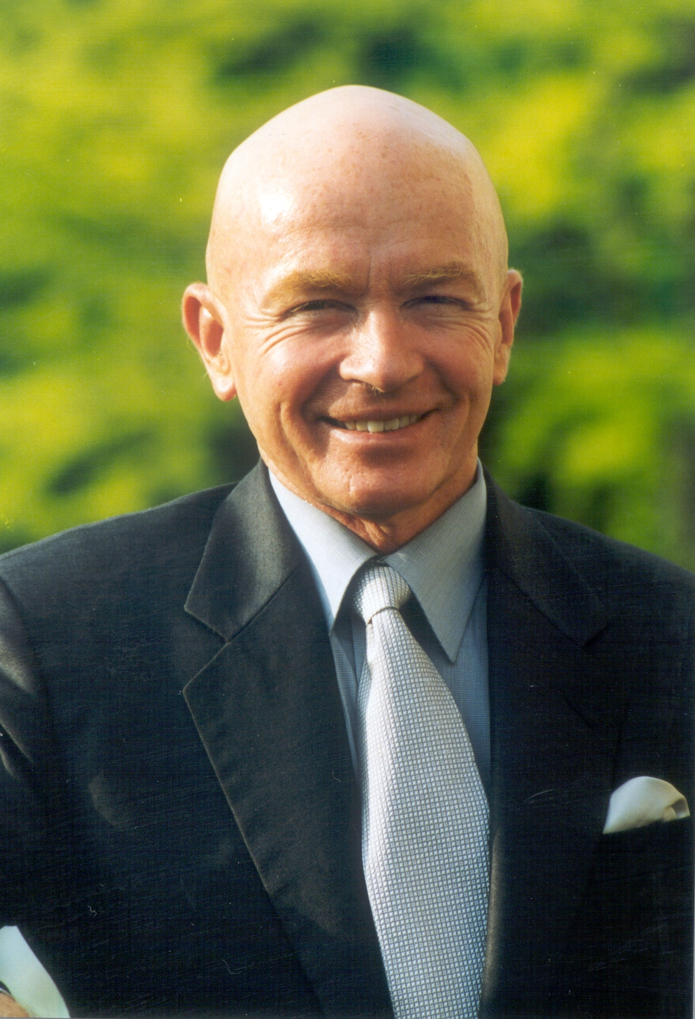 Mark mobius opens local stock trading session this for Franklin templation