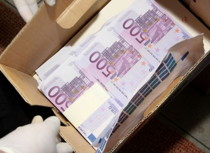 romanian homeless man finds eur 300 000 of the italian. Black Bedroom Furniture Sets. Home Design Ideas